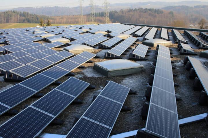 Solarpanels auf dem Dach des Expomobilia Standorts in Effretikon